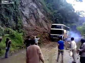 Bus falls from a scarp while trying to cross it
