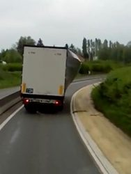 Lorry carrying a load dangerously hanging on a curtain (Video)