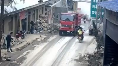 Lorry hits scooter with its open door (Video)